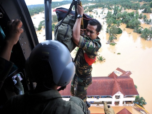 An RMAF PASKAU with essential supplies is lowered from an EC725 helicopter to a school in Manik Urai
