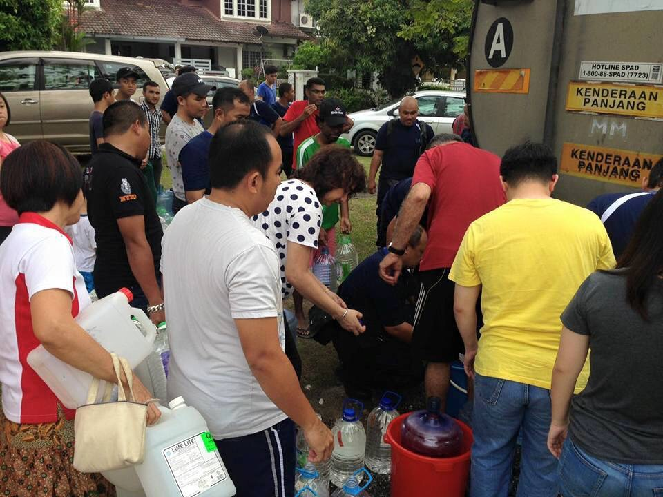 water crisis in selangor Klang: the people of selangor today expressed their exasperation with the state government for its inability to solve the water crisis which caused great inconvenience especially to senior citizens.