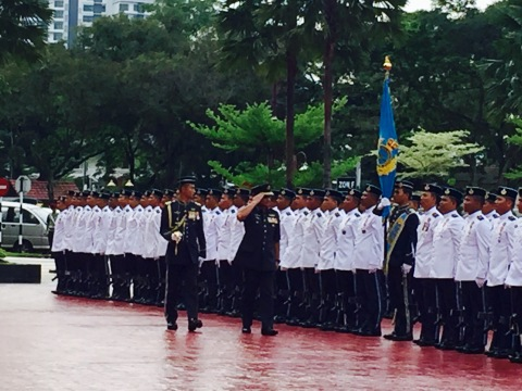 General Affendi saluting the RMAF colour