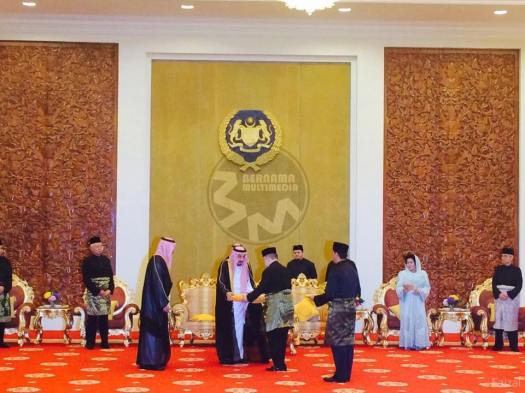 Pak Lah, U-Turn Mahathir's successor however can be seen on the far right in this picture of King Salman being conferred the highest award by the Yang DiPertuan Agong. This underscores the notion that U-Turn Mahathir is a persona non grata at the Istana