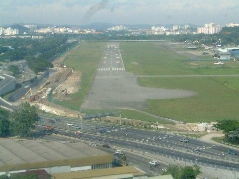 Mendarat di Runway 22, Pangkalan Udara Kuala Lumpur (Simpang)