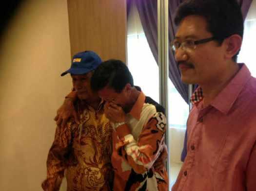 Raja Nong Chik diapit oleh Pengerusi Persatuan Penduduk, Tuan Haji Ahmad Rahman dan Datuk Adnan, tidak dapat menahan sebak di Majlis Kesyukuran dan Perasmian Rumah Contoh K-Baru di tapak lama Flat 4 Tingkat Kerinchi pada bulan Disember 2012