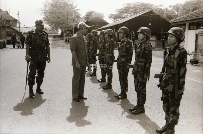 photo 04 - stock-photo-perdana-menteri-datuk-hussein-onn-melawat-pusat-latihan-grantales-v-di-sungai-petani--kedah-366461